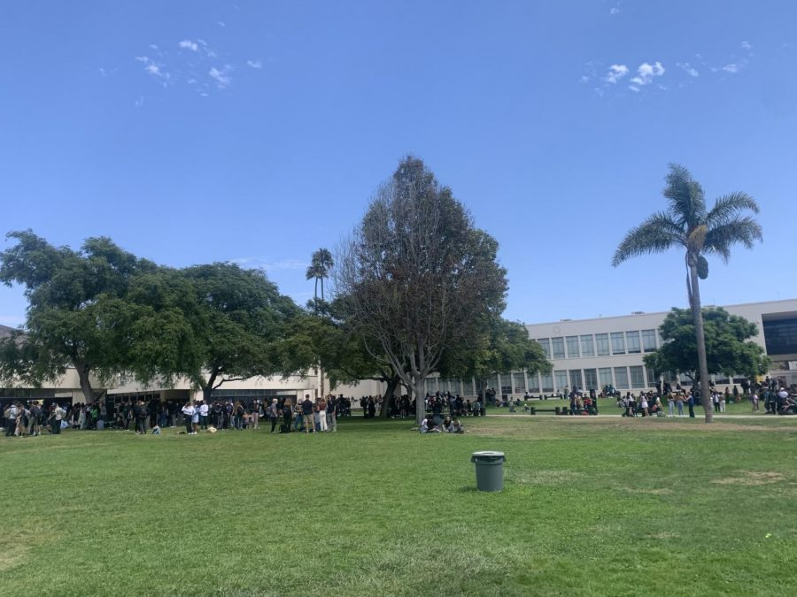 The+large+group+of+predominantly+sophomores+and+freshmen+in+the+senior+lawn%2C+for+one+of+the+first+few+times+all+together.+Photo+by+Ava+Mohror